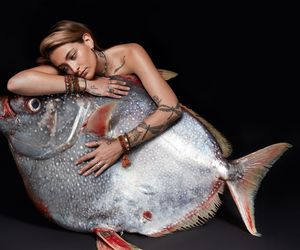 Paris Jackson mit Opah-Fisch. Celebrities and actors pose with fish in a courageous call on EU governments for bold action to #EndOverfishing in Europe's waters by 2020. © Fishlove/Alan Gelati