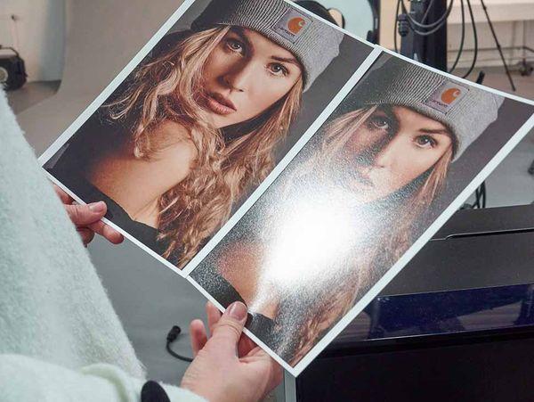 Glänzendes Papier sorgt für einen besonders brillanten Bildeindruck, doch kann das Foto dann je nach Beleuchtung auch sehr ungünstig Licht reflektieren.