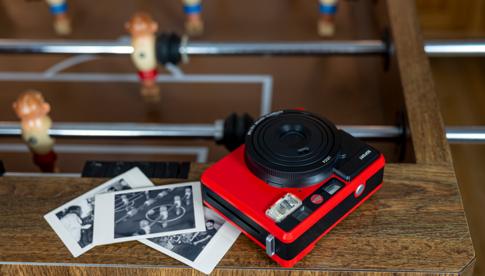 Sofortbildkamera in neuer Farbvariante Die Leica in Rot