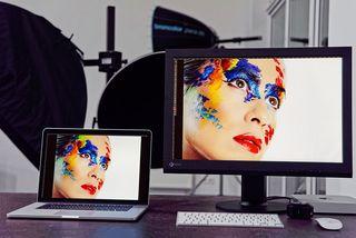 Links der Zustand vor der Kalibration, rechts die Darstellung der beiden Monitore nach der Kalibration mit einem Spyder-Messgerät von Datacolor.
