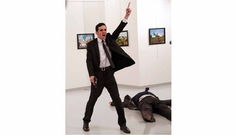 Foto: Burhan Ozbilici Mevlüt Mert Altıntaş shouts after shooting Andrey Karlov, the Russian ambassador to Turkey, at an art gallery in Ankara, Turkey.