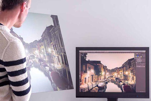 Auch belichtete oder gedruckte Fotos weichen von der Monitordarstellung ab, wenn dieser nicht kalibriert wurde oder das falsche Farb-/Drucker-/Papierprofil für das Bild gewählt wurde.