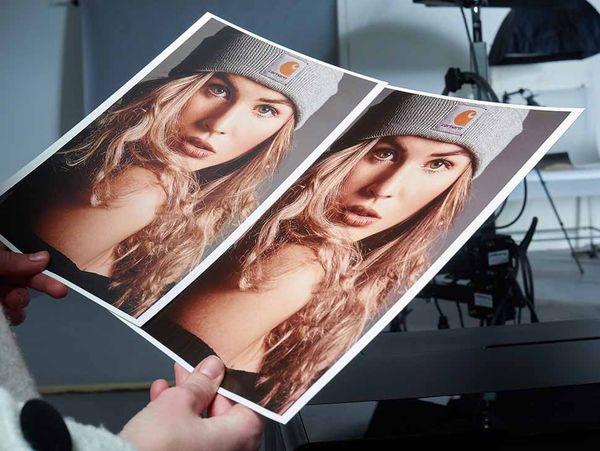 Die Wahl des richtigen Papiers ist wichtig für die Wirkung des Bilds. Stark strukturierte Materialien können sie bei Schwarz-Weiß-Bildern verstärken, bei farbigen Porträts etwa aber auch ungewollte Effekte in der Hautdarstellung zeigen.